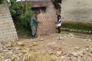 Puting Beliung di Pamekasan, Sertu Jalal Bantu Warga Bangun Rumahnya