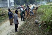 Babinsa-Warga Buluk Agung Bangkalan Kerja Bhakti Benahi Jalan Desa