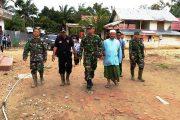 Personil TNI Perbaiki Rumah Warga Akibat Tertimpa Pohon