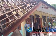 Atap Bangunan Sekolah Ambruk, Siswa Belajar Dalam 1 Kelas Di Situbondo.