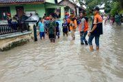 Anggota Koramil Bagor Turun ke Lapangan Bantu Korban Banjir di Nganjuk