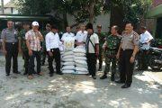 Anggota TNI dan Polisi Kawal Distribusi Bibit Kedelai ke Petani Kwanyar Bangkalan