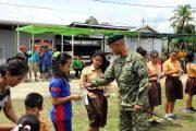 Peringati Hut Ke 56 Kostrad, Yonif 502 Gelar Bhakti Sosial di Perbatasan