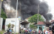 Pabrik Plastik di Lawang Terbakar