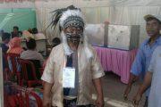 Unik Warga Nyoblos ke TPS Memakai Pakaian Adat