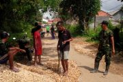Babinsa-Warga Dupok Kerja Bhakti Benahi Jalan Desa