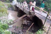 Jembatan Topengan Ambrol Imbas Dari Luapan Sungai Mblembem Kediri