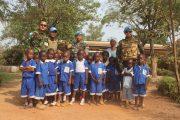Prajurit TNI Ajarkan Bahasa Inggris Kepada Siswa TK di Afrika Tengah