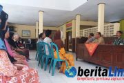Minta Keadilan Puluhan Pedagang Datangi Kecamatan Wringin