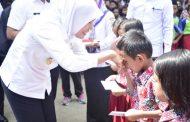 Simbolis, Wawako Palembang Serahkan Bantuan Palembang Cerdas Bagi Ratusan Anak Sekolah Dasar