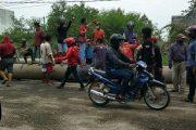 Kecewa Tidak Kunjung Di Perbaiki, Warga Blokade Jalan Nasional Dengan Pipa