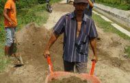 Kades Tanah Merah Ajak Warga Gotong Royong Perbaiki Jalan Rusak