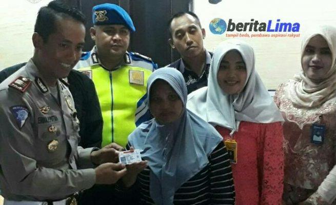 Satpas Sampang Berikan SIM Gratis Pada Farida, Ini Alasannya
