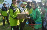 Sambut Hari Kartini, Dharma Wanita DLH Sumenep Tanam Pohon Dan Bagi Sembako Pada Pasukan Kuning