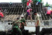 TNI Bersama Rakyat Melaksanakan Karya Bakti Perbaikan Rumah