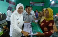 Wawako Palembang Serahkan Insentif Bagi RT/ RW Bukit Kecil
