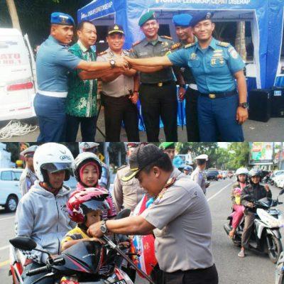 Turut Operasi Patuh Semeru 2017 Kapolres Banyuwangi Bagikan Helm