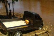 Hilang Kendali Mobil Terjun ke Kali Waisai