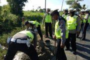 LAKA LANTAS Banyuwangi Tutup Lubang Jalan Minimalisir Kecelakaan