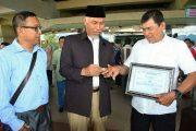 """Hadiahkan Cincin Emas, Walikota Himbau Jajaran PDAM Padang Tauladani """"Pak Pen"""""""