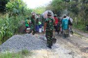 TNI dan Masyarakat  Gotong Royong Bangun jalan