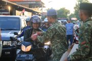 Wujud Syukur Yonif Raider 323 Kostrad Bagi Takjil Gratis