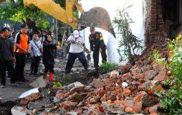 Pemkot Surabaya Bongkar Bangunan Demi Kelancaran Pembangunan Jalur Trem