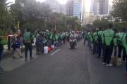 Ratusan Driver Gojek Surabaya Bagikan  Ribuan Takjil
