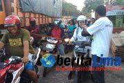 Facebookers IWS Situbondo Bagikan Takjil Buka Puasa Untuk Penumpang Bus Mogok
