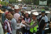 Komunitas Sedan Tapal Kuda Bagi-bagi Takjil Dan Sembako