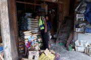Bimas Polsek Timpah Giat Cek Sembako di Pasar Desa