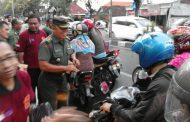 Bersama Koramil Kebomas, IARMI Bagi Takjil di Jalan