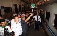 Pakde Karwo Berangkatkan 604 orang Mudik Gratis Via Kereta Api