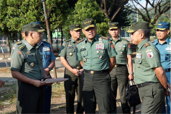 Berita Foto : Panglima TNI Kunjungi Satuan-Satuan TNI di Wilayah Malang