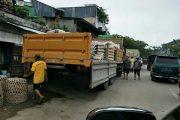 Truk 'Raksasa' Bongkar Muatan Picu Macet di Rantepao