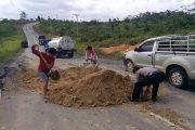 Bhabinkamtibmas Polres Gunung Mas Perbaiki Jalan