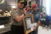 Kapolrestabes Surabaya Beri Penghargaan Penembak Mati DPO Polisi