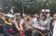 Peringati HUT RI ke 72, Polres Banyuwangi Bagikan Bendera Merah Putih Dijalan