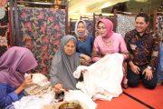 Dra. Hj. Fatma Saifullah Yusuf, Buka Pasar Batik Jatim 2017