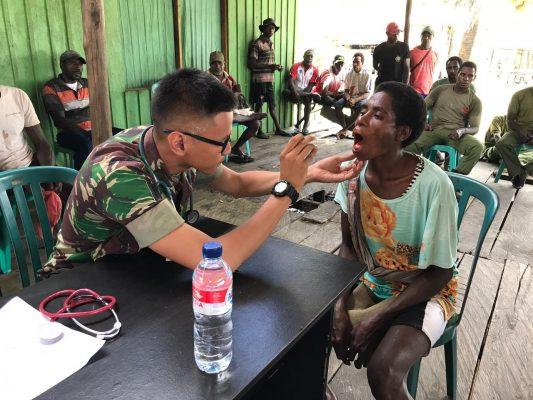 Dokter TNI Angkatan Darat Mendukung Pengobatan Massal di Pedalaman Papua Selatan